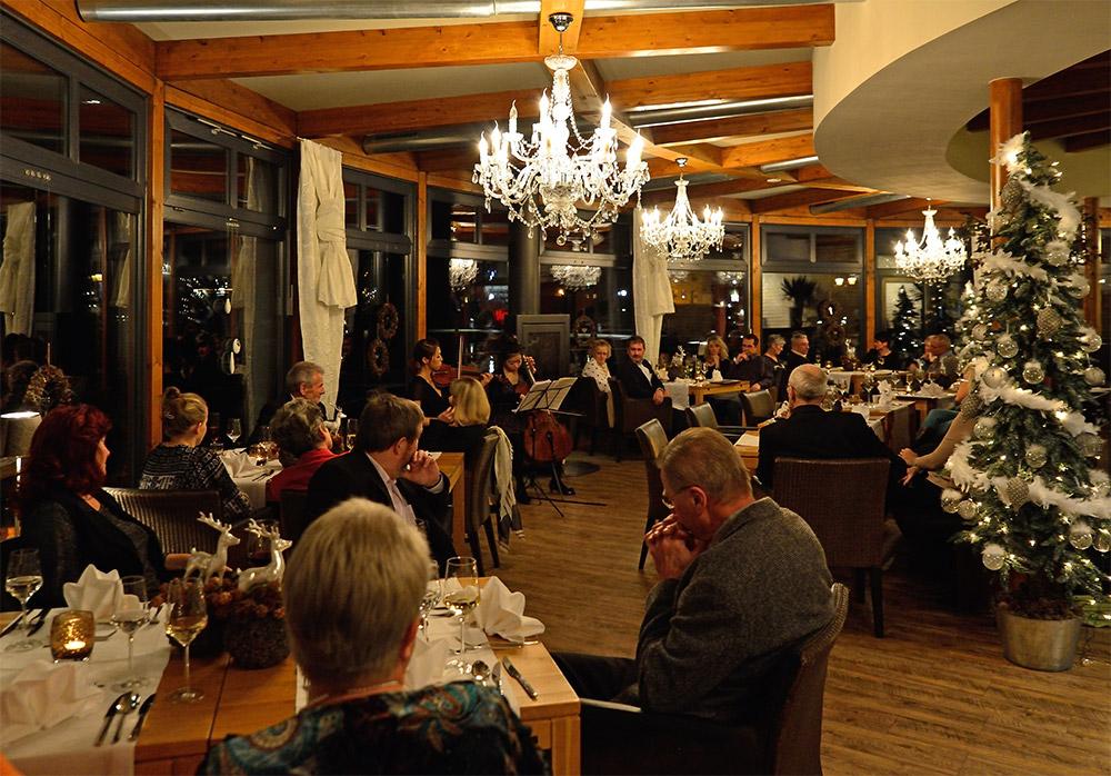 Klassik und Kulinarik mit winterlichem Seeblick genießen.