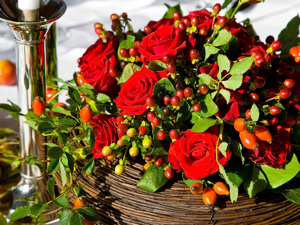 Leuchtend rote Herbstgestecke ersetzen klassische Sträuße.