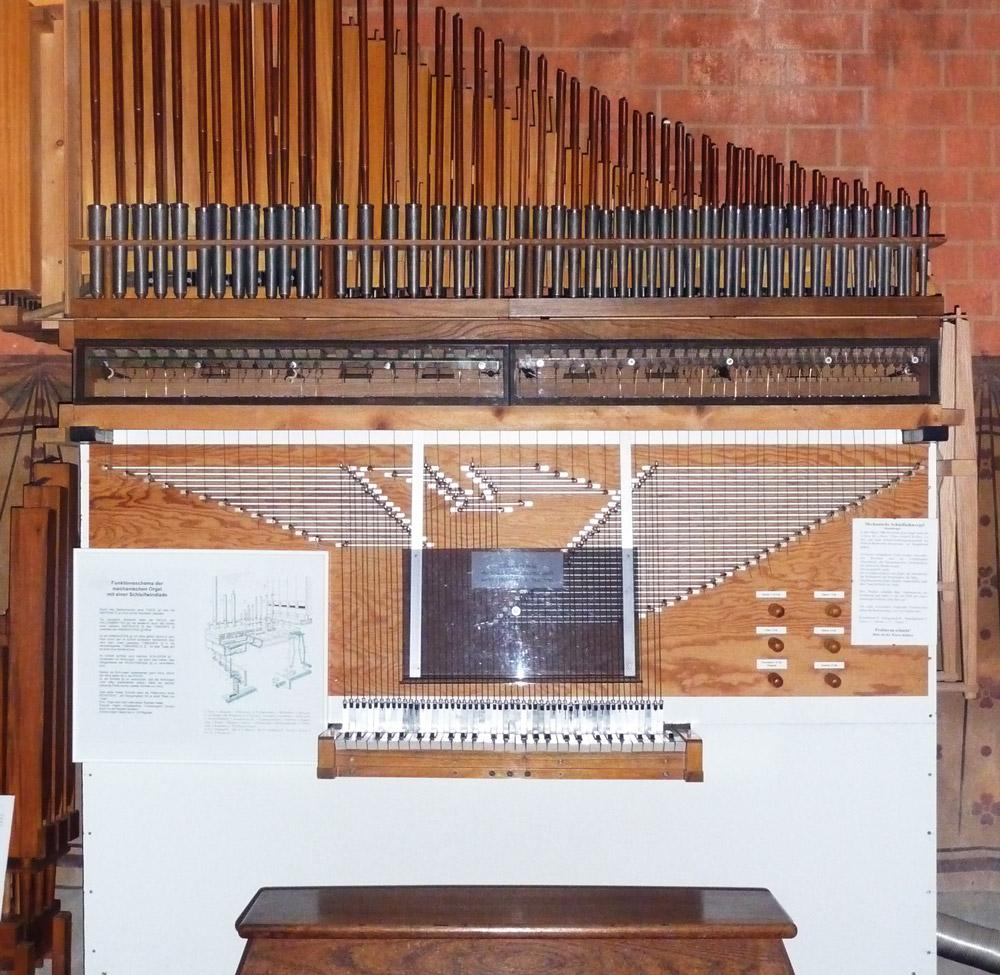 Liebevoll von Schülerhand erbautes Malchower Orgelmodell.
