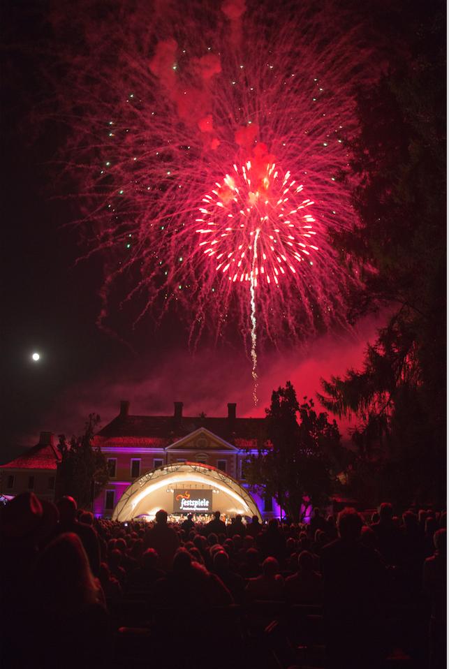 Krönendes Feuerwerk: Open Air Konzert vor Schloss Bothmer. © Geert Maciejewski